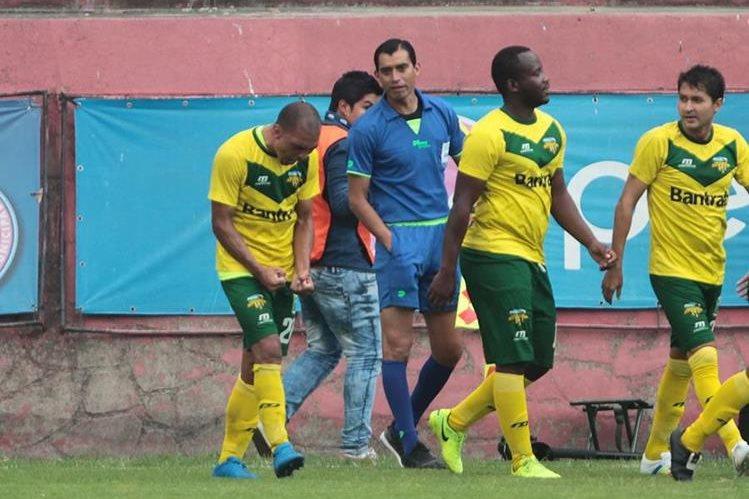 Janderson Pereira corre y celebra el gol de la victoria de Petapa frente a sus excompañeros de Municipal. (Foto Prensa Libre: Norvin Mendoza)