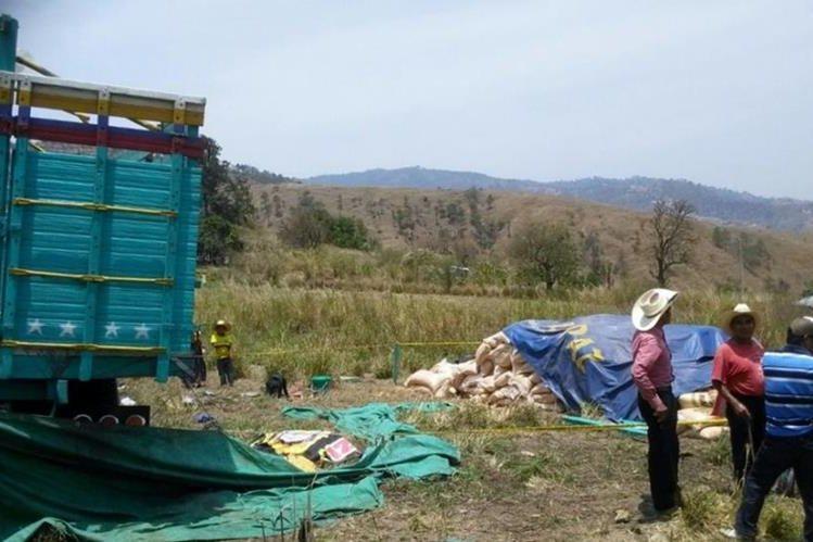 Vecinos llegan al lugar donde ocurrió el accidente, en Xetabal, Sacapulas, Quiché. (Foto Prensa Libre: Óscar Figueoa)
