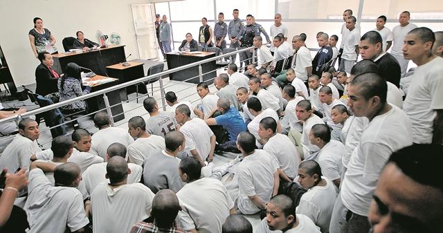 Los adolescentes y jóvenes implicados en el motín fueron trasladados a Tribunales. (Foto Prensa Libre: Hemeroteca PL)
