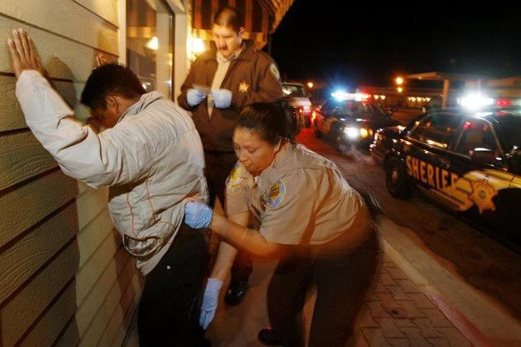 Agentes del condado de Maricopa registran y detienen a un inmigrante en Arizona. (AP).