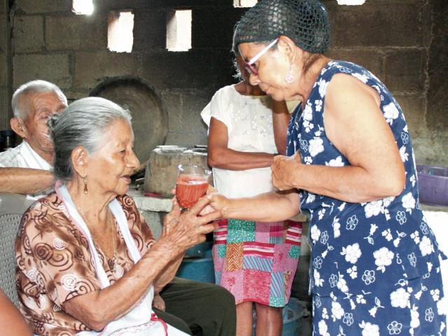 Claudina Monzón  recibe un vaso con tiste recién elaborado,   para asegurarse de que el sabor de la bebida sea el correcto. (Foto Prensa Libre: Héctor Contreras)