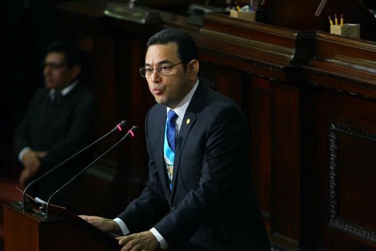 El presidente Jimmy Morales se dirige a los diputados, al comenzar a presentar su primer informe anual. (Foto Prensa Libre: Paulo Raquec)