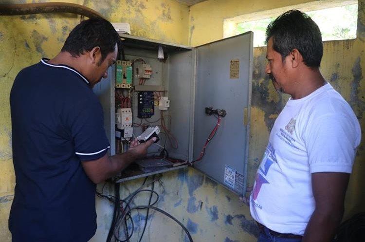 Personal de la comuna verifica el sistema de gravedad para abastecer del agua a la población. (Foto Prensa Libre: Whitmer Barrera)