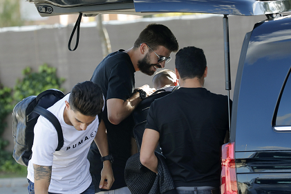 Gerard Piqué al momento de llegar a la concentración junto con Bartra y Busquets. (Foto Prensa Libre: EFE)