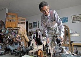 Héctor Rosada muestra una parte de su amplia colección de caballos de madera, bronce y otros materiales, la cual exhibe en varias partes de su apartamento.