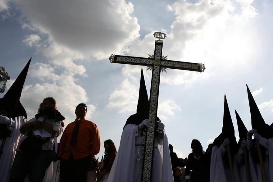 Penitentes o Nazarenos encabezan la procesión de la Cofradía de Nuestra Señora de la Estrella en Sevilla, España. (Foto: EFE)