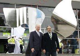 Alcalde Álvaro Arzú y artista José Toledo develan obra en conmemoración de la paz. (Foto Prensa Libre: Paulo Raquec)