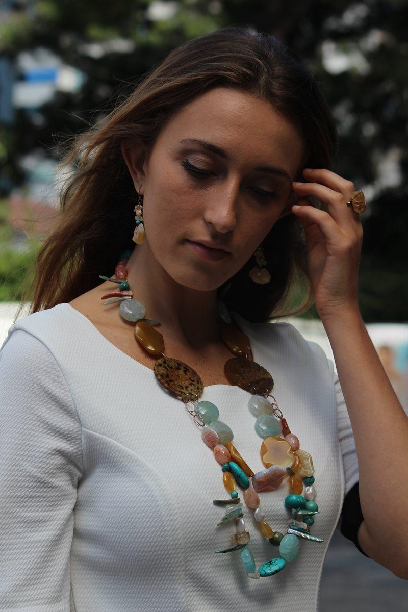 Este collar de piedras en estado natural es la pieza estrella de Pies Sobre Tierra.