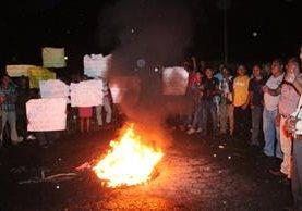 Vecinos de San Pedro Necta obstruyen el paso en la ruta Interamericana. (Foto Prensa Libre: Mike Castillo)