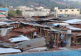 Unos 30 locales del mercado de San Pedro Jocopilas destechados por el remolino. (Foto Prensa Libre: Héctor Cordero)