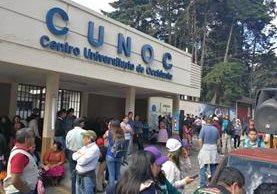 Manifestantes se reúnen en Centro Universitario para empezar la marcha que conmemora la Revolución de 1944. (Foto Prensa Libre: Fred Rivera)