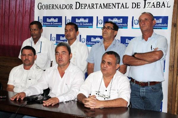 Marco Tulio Ramírez —primero de la izquierda—, junto a otros alcaldes y autoridades.