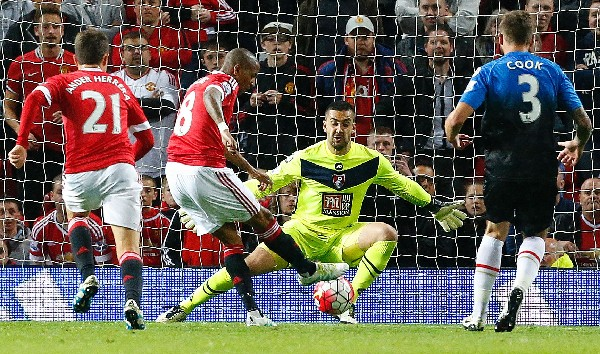 Ashley Young en el momento que marca el tercer gol del United. (Foto Prensa Libre: AFP).