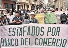 Cuentahabientes del Banco de Comercio hacen filas para poder obtener sus recursos luego que la entidad fuera suspendida. (Foto Prensa Libre: HemerotecaPL)