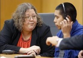 Marlisa DeMond, abogadal pública, habla con el acusado Rony Méndez en la sala del Tribunal de Circuito Jalal Harb en el Tribunal de la ciudad de Bartow, Florida, Estados Unidos, el miércoles. (Foto Prensa Libre: The Ledger)