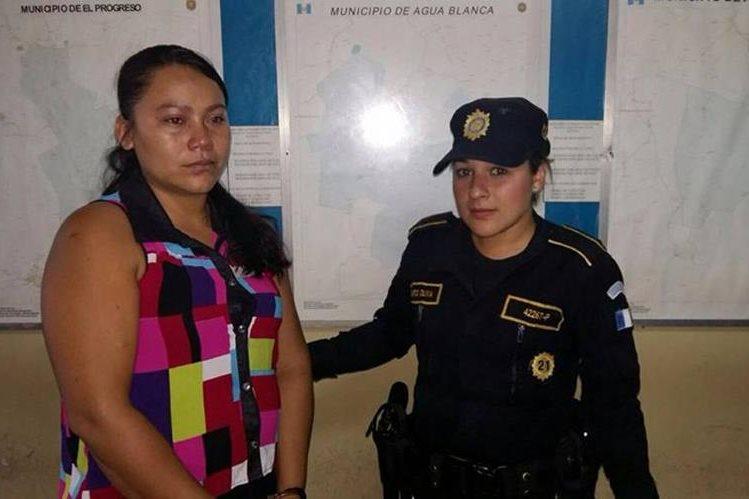Astrid Marisol Ramírez de López es trasladada a la comisaría de la PNC en Jutiapa. (Foto Prensa Libre: Óscar González)