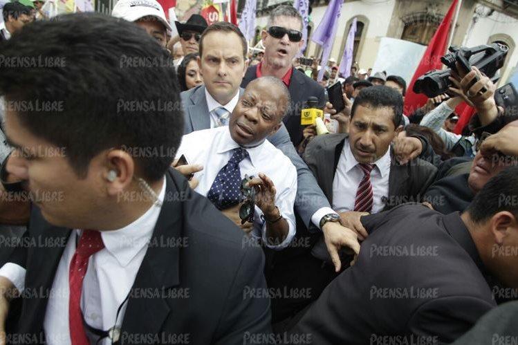 El embajador de EE.UU. intenta llegar a su vehículo al salir del Congreso, la mañana de este lunes. (Foto Prensa Libre: E. Bercián)