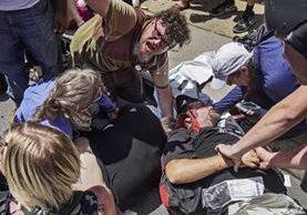 El atropellamiento dejó un muerto y varios heridos en Charlottesville, Virginia. (Foto Prensa Libre: AP)