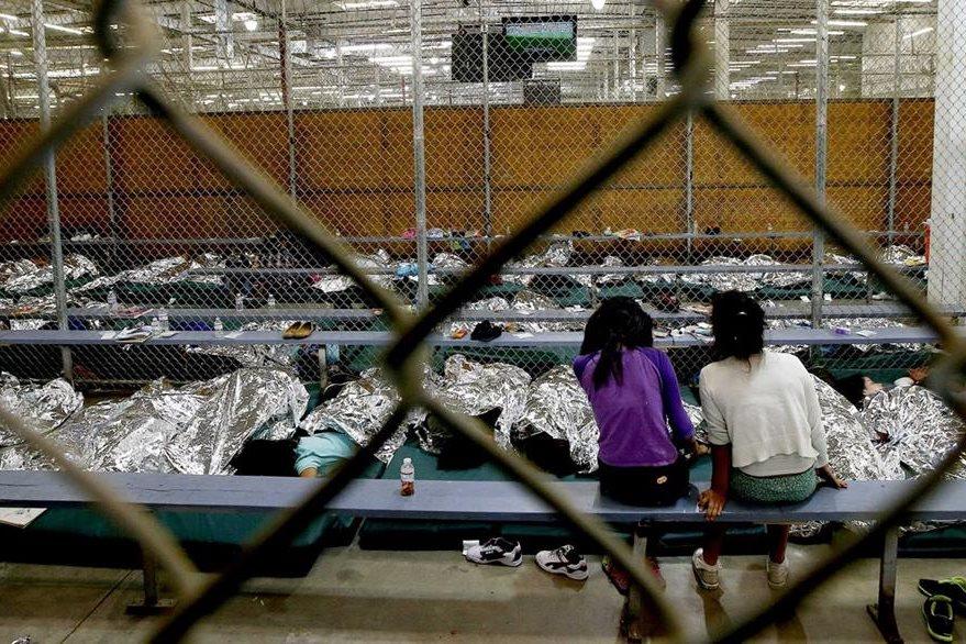 Dos menores miran un programa de televisión en un centro de detención.(Foto Prensa Libre:EFE)