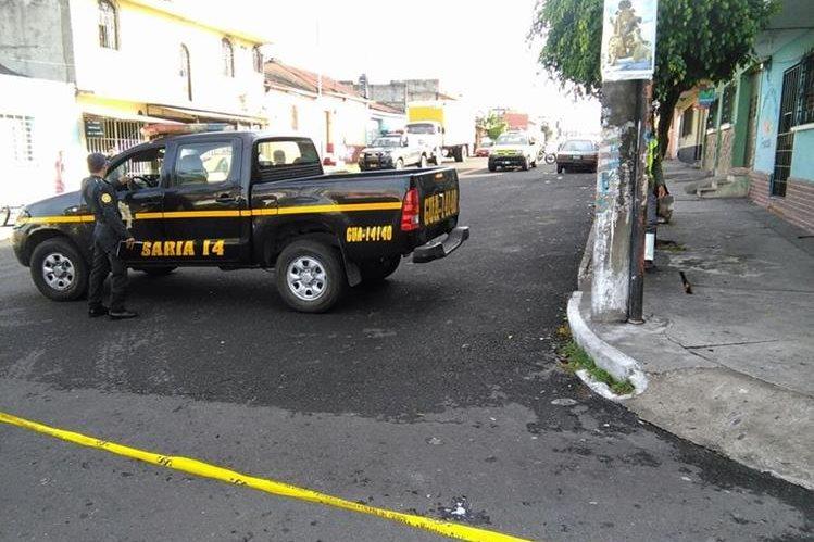 Agentes de la Policía Nacional Civil llegan al lugar en donde un repartidor de cervezas fue baleado. (Foto Prensa Libre: Estuardo Paredes)