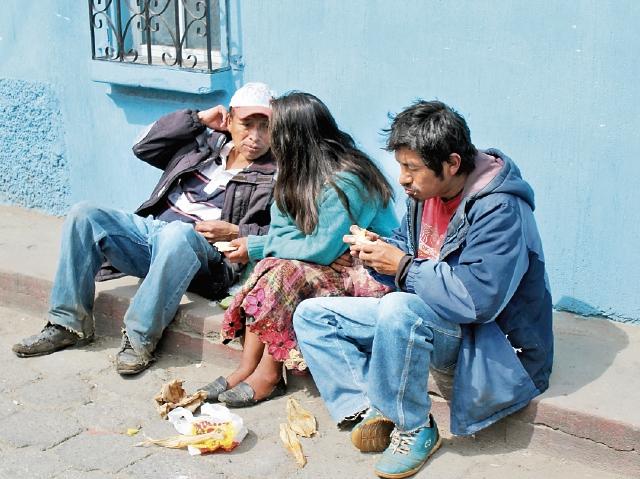 Ofelia Mux  comparte sus alimentos con otras personas sin hogar,  en  Tecpán Guatemala, Chimaltenango. (Foto Prensa Libre: José Rosales)