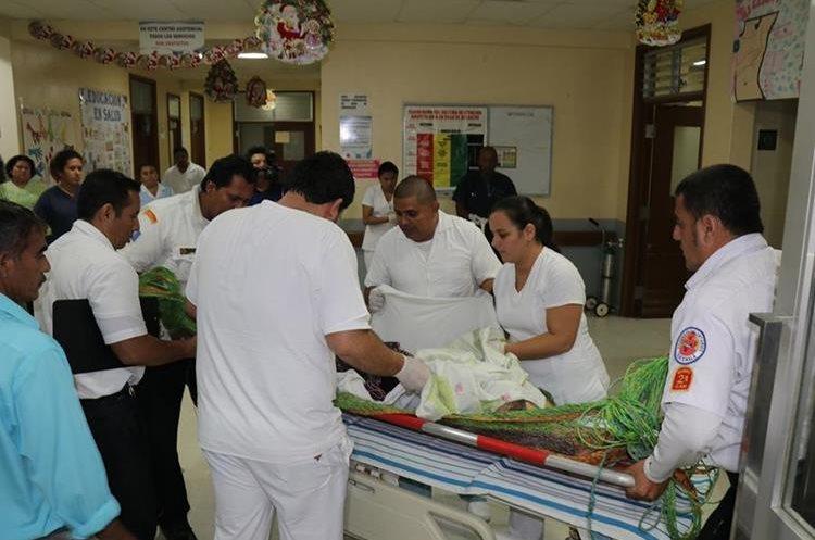 En la emergencia del Hospital Nacional de Puerto Barrios, Izabal, es atendida Alicia Calderón. (Foto Prensa Libre: Dony Stewart)