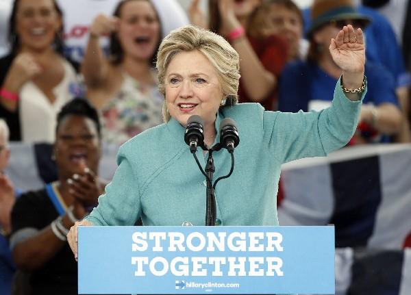 Hillary Clinton se libera de nueva polémica por sus correos a poco más de un día de las elecciones