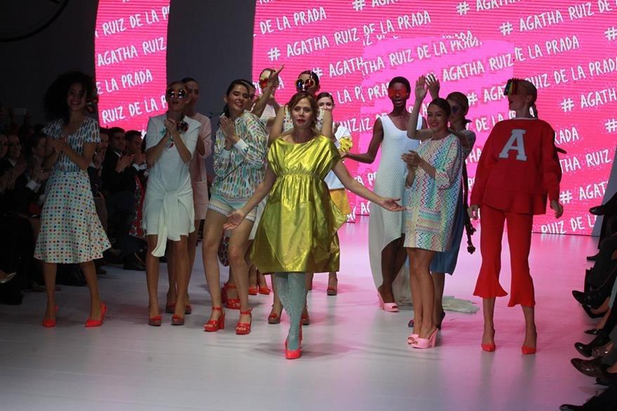 Ágatha Ruiz se presentó al público para despedir esta fiesta de moda.   (Foto Prensa Libre: Estuardo Paredes)