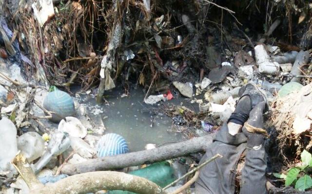 El cuerpo del maestro Efraín Méndez fue hallado sin vida el viernes último, en un desagüe en el cantó Las Ruinas, Santa Cruz del Quiché.