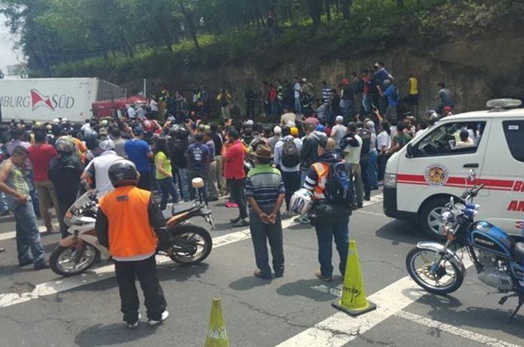 Vehículos de emergencia se mantienen en el lugar del accidente, en el km 18.5 de la ruta Interamericana. (Foto Prensa Libre: Sandra Zapeta)