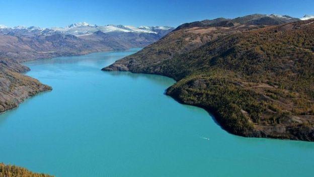 El lago Kanas se encuentra en la provincia de Xinjiang, en China, cerca de la frontera con Kazajistán, Rusia y Mongolia. GETTY IMAGES
