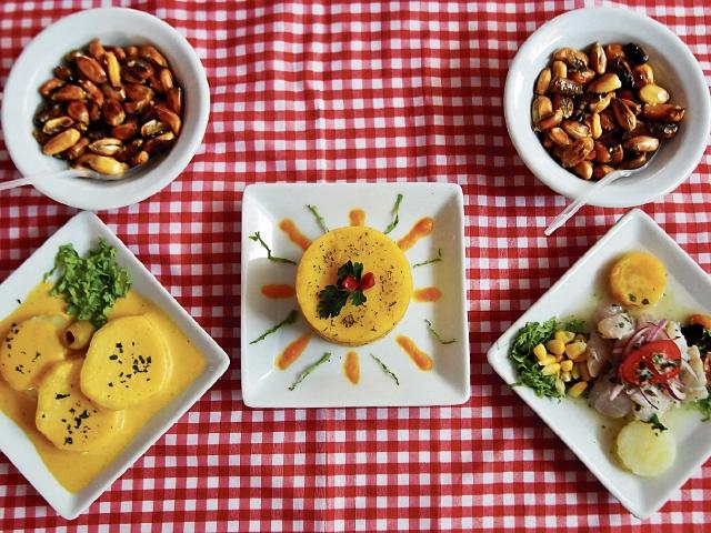 La papa  es la base de varias comidas peruanas como la causa rellena.