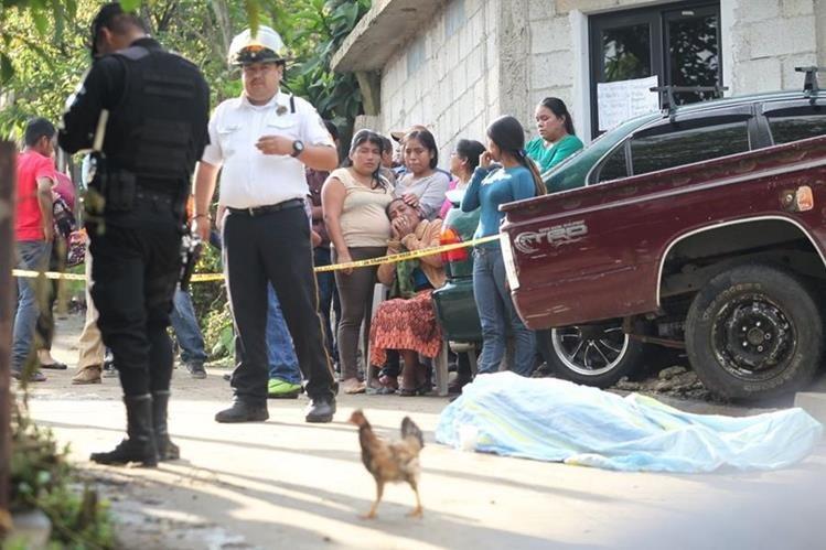 El cuerpo de la víctima quedó a pocos metros de su vivienda. (Foto Prensa Libre: Érick Ávila)
