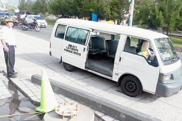 El piloto del microbús Juan Carlos Chiguichon murió al ser atacado a balazos en el bulevar de San Cristóbal, zona 8 de Mixco. (Foto Prensa Libre: Bomberos Voluntarios.