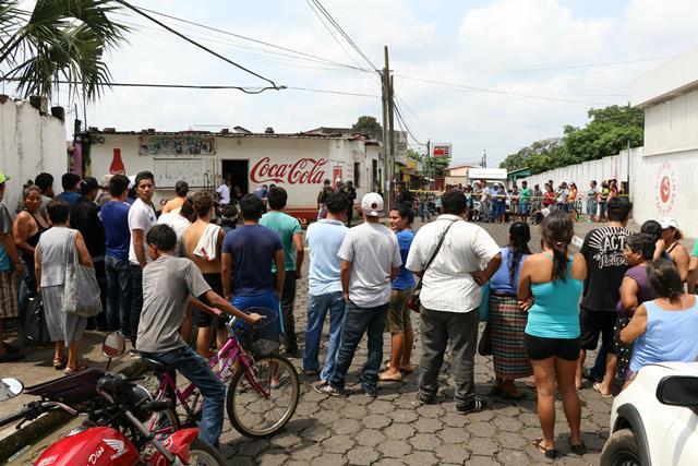 Lizbeth Denisse Ramos fue ultimada a escasos   metros de la Escuela Oficial Urbana Mixta de la colonia Las Golondrinas, zona 3 de la cabecera de Escuintla.(Foto Prensa Libre: Carlos Paredes)