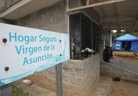 En el Hogar Seguro en San José Pinula, la presencia policial se mantiene, mientras las investigaciones se desarrollan. (Foto Prensa Libre: Érick Ávila)