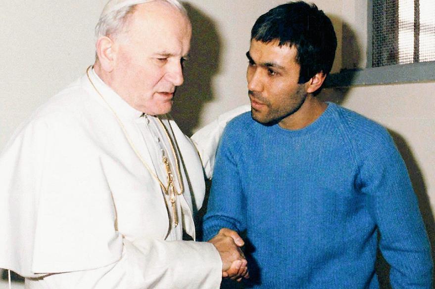 """Reunión del papa Juan Pablo II con el turco Mehmet Alí Agca, el extremista que intentó matarlo el 13 de mayo de 1981 durante un recorrido del pontífice en la Plaza San Pedro. Dos años más tarde el Papa se reunió con Agca a quien aseguró perdonó """"sinceramente""""."""