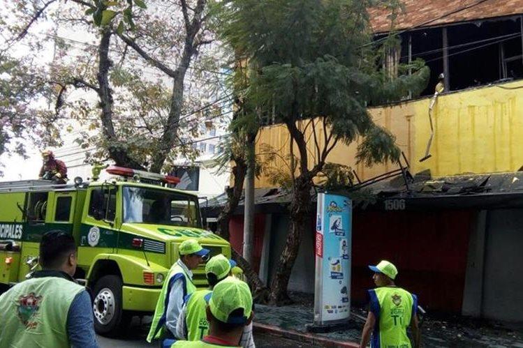 Socorristas combaten incendio en un edificio de la zona 10. (Foto Prensa Libre: Paulo Raquec)