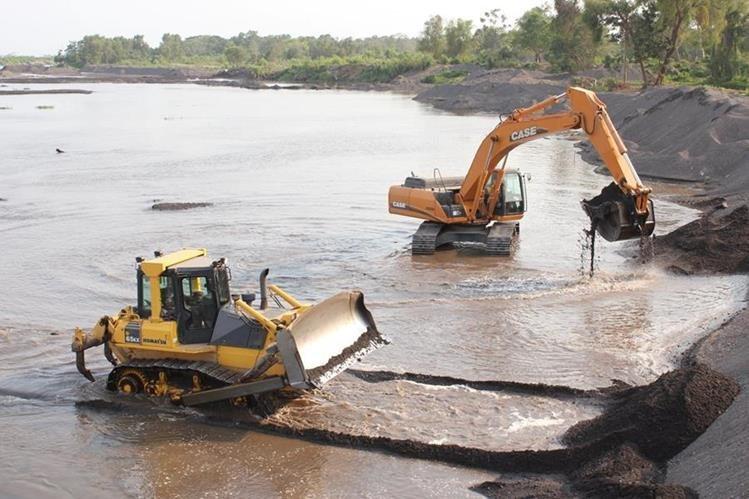 Maquinaria pesada realiza trabajos de dragado para evitar que el río se salga de su cauce y provoque daños en comunidades cercanas. (Foto Prensa Libre: Hemeroteca PL)