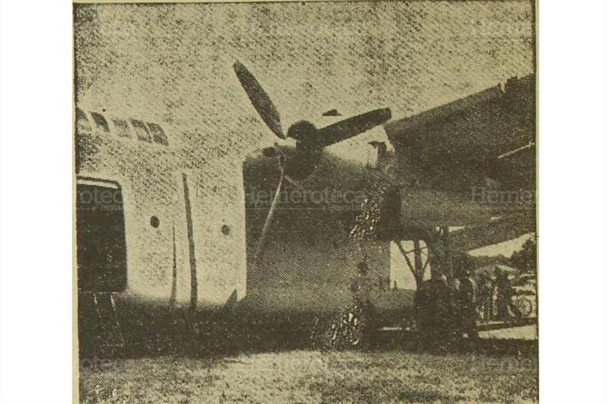 Avión de Aviateca hace aterrizaje forzoso; los motores derraman combustible, el 7/2/1958. (Foto: Hemeroteca PL)