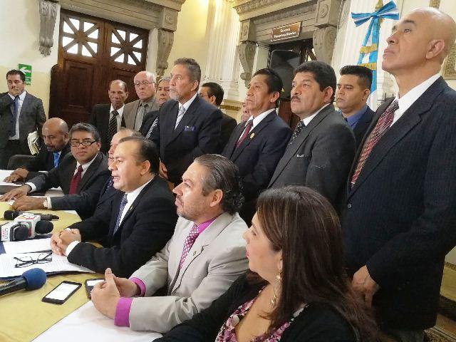 Diputados y personas de sociedad civil presentan la iniciativa contra el aborto y el matrimonio homosexual. (Foto Prensa Libre: Jessica Gramajo)