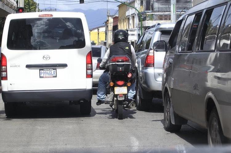 Los motoristas no deberían circular entre carriles según el reglamento de Tránsito.(Prensa Libre:Hemeroteca PL)