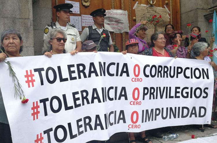 Decenas rechazan la aprobación de las reformas al Código Penal. (Foto Prensa Libre: Érick Ávil)