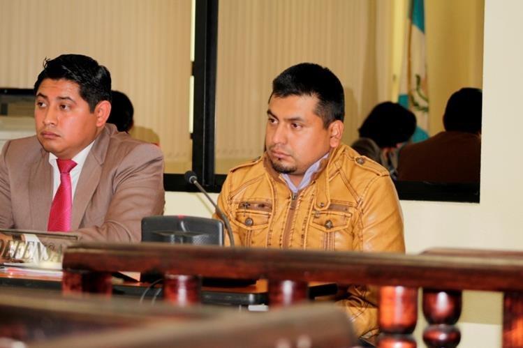 Maynor Omar Ximín Alquijay, sindicado de femicidio, junto a su abogado defensor. (Foto Prensa Libre: María Longo)