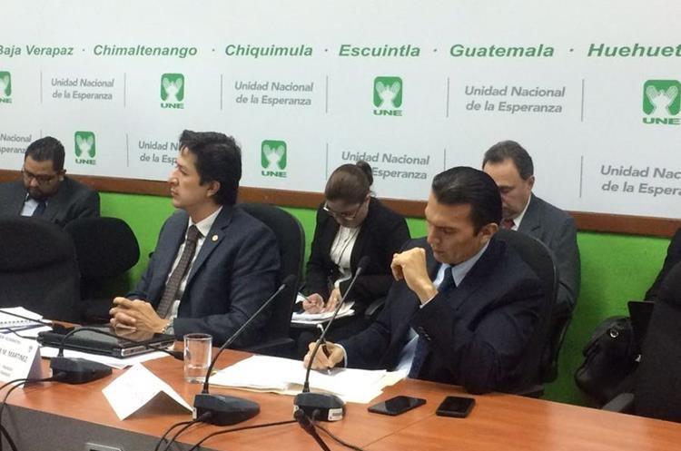 Las autoridades del Ministerio de Finanzas  y de Trabajo fueron cuestionadas por la entrega de los fondos para esos pagos. (Foto Prensa Libre: La Red)