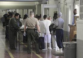Inmigrantes presos son examinados en el instituto vocacional en Tracy, California.(Foto Prensa Libre:AP)