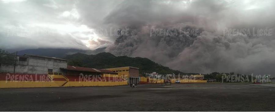 Erupción del Volcán de Fuego es vista desde San Pedro Yepocapa, Chimaltenango. (Foto Prensa Libre: Víctor Chamalé)