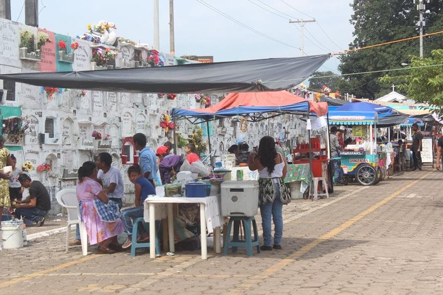 Comerciantes en Escuintla no podrán vender bebidas alcohólicas dentro del cementerio general este Día de Todos los Santos. (Foto Prensa Libre: Melvin Sandoval)