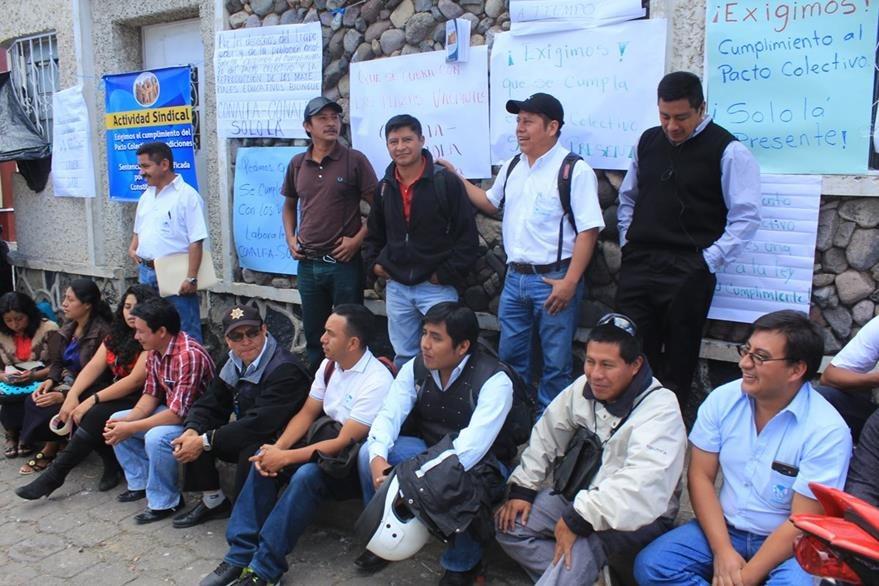 Trabajadores de Conalfa en la cabecera de Sololá paralizan labores. (Foto Prensa Libre: Ángel Julajuj)