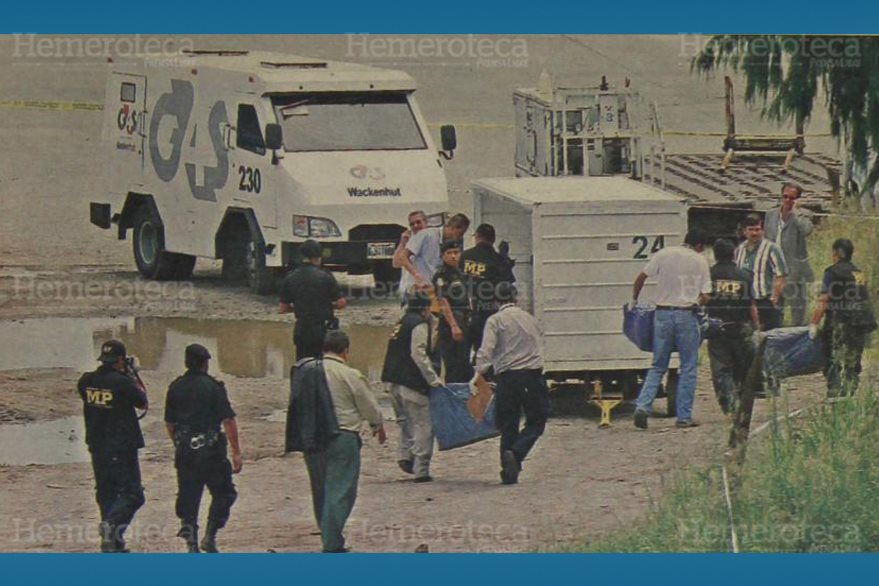 Fiscales del Ministerio Público transportan los sacos que dejaron tirados los delincuentes. (Foto: Hemeroteca PL)